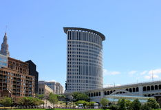 Cityscape full av byggnader och broar Fotografering för Bildbyråer