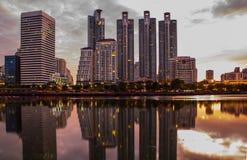 Cityscape het Park van Benjakiti in Bangkok, Thailand stock foto's