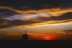 Cityscape i färgrik solnedgång Royaltyfri Foto