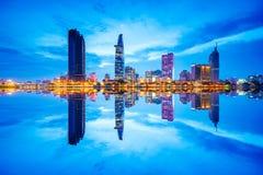 Cityscape i reflexionen av den Ho Chi Minh staden på härlig skymning som beskådas över den Saigon floden royaltyfri fotografi