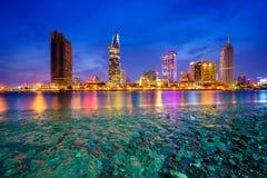 Cityscape i reflexionen av den Ho Chi Minh staden på härlig skymning som beskådas över den Saigon floden Arkivfoto