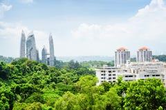 Cityscape i Singapore Fantastiska skyskrapor bland träd royaltyfri bild