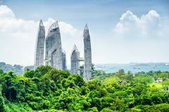 Cityscape i Singapore Skyskrapor bland gröna träd arkivfoto