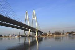 Cityscape. Kabel-gebleven brug. royalty-vrije stock afbeelding