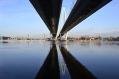 Cityscape. Kabel-gebleven brug. stock fotografie