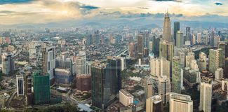 cityscape Kuala Lumpur Panoramautsikt av aftonen för Kuala Lumpur stadshorisont på solnedgångskyskrapor som bygger i Malaysia arkivbilder