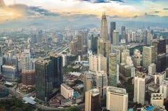 cityscape Kuala Lumpur Panoramautsikt av aftonen för Kuala Lumpur stadshorisont på solnedgångskyskrapor som bygger i Malaysia royaltyfri bild