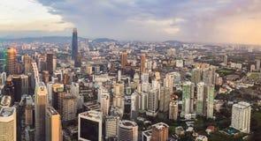 cityscape Kuala Lumpur Panoramautsikt av aftonen för Kuala Lumpur stadshorisont på solnedgångskyskrapor som bygger i Malaysia fotografering för bildbyråer