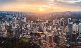 cityscape Kuala Lumpur Panoramautsikt av aftonen för Kuala Lumpur stadshorisont på solnedgångskyskrapor som bygger i Malaysia royaltyfri foto