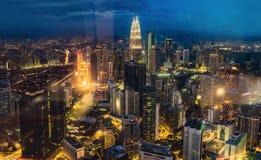 cityscape Kuala Lumpur Panoramautsikt av Kuala Lumpur stadshorisont på natten som beskådar skyskrapor som bygger i Malaysia royaltyfri bild