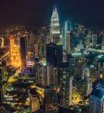 cityscape Kuala Lumpur Panoramautsikt av Kuala Lumpur stadshorisont på natten som beskådar skyskrapor som bygger i Malaysia royaltyfri foto