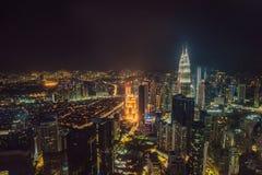 cityscape Kuala Lumpur Panoramautsikt av Kuala Lumpur stadshorisont på natten som beskådar skyskrapor som bygger i Malaysia royaltyfria foton