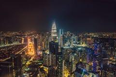 cityscape Kuala Lumpur Panoramautsikt av Kuala Lumpur stadshorisont på natten som beskådar skyskrapor som bygger i Malaysia arkivbild