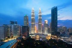 cityscape Kuala Lumpur Panoramautsikt av Kuala Lumpur stadshorisont under soluppgångvisningskyskrapor som bygger och i Malaysia arkivfoto