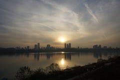 Cityscape langs Han-rivier in Seoel bij schemer Stock Afbeelding