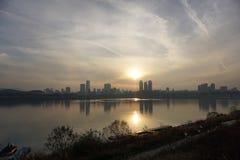 Cityscape langs Han-rivier in Seoel bij schemer Stock Foto's