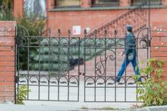 cityscape Mężczyzna chodzi przez miasta zdjęcie royalty free