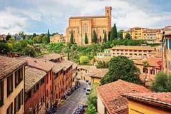 Cityscape med basilikan av San Domenico i Siena arkivbilder