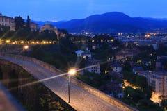 Cityscape med berg i Bergamo, Italien Royaltyfria Foton