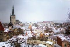 Cityscape med den medeltida gamla staden, St Olaf Baptist Church, Tallinn, Estland Härlig vintersikt av högväxt arkivbild