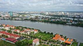 Cityscape med den Sai gon-floden, highrise som buidling, konkret hus Arkivfoto