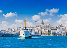 Cityscape med det Galata tornet över det guld- hornet i Istanbul Royaltyfri Foto