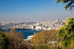 Cityscape med det Galata tornet över det guld- hornet i Istanbul, Tu royaltyfria bilder