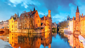 Cityscape med ett torn Belfort från Rozenhoedkaai i Bruges på s Royaltyfri Bild