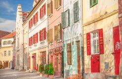 Cityscape med färghus i Sibiu Arkivbilder