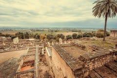Cityscape med förstörda väggar av den medeltida staden Medina Azahara i Andalucia Moriskt fort och slottar av al-Zahra i Spanien royaltyfria bilder
