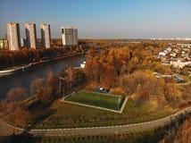 Cityscape med fotbollfältet i Khimki, Ryssland royaltyfria foton