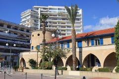 Cityscape med koloniala och moderna byggnader i Larnaca, Cypern Royaltyfria Foton