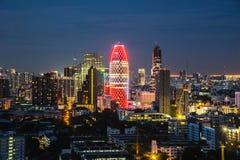 Cityscape med ljus show från byggnad av Bangkok Arkivbilder