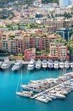 Cityscape med lyx seglar i hamn av Monaco, Cote d'Azur Royaltyfri Foto