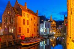 Cityscape med nattkanalen Dijver i Bruges Fotografering för Bildbyråer