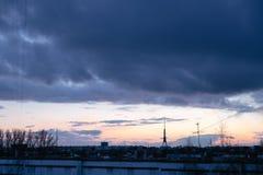 Cityscape med underbar varicolored livlig gryning Förbluffa dramatisk blå himmel med purpurfärgade och violetta moln ovanför mörk arkivbild