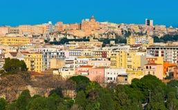 Cityscape med varicolored hus av den historiska mitten staden av Cagliari Royaltyfri Bild