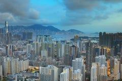 Cityscape mening met flatgebouwen met koopflats en bureaugebouwen Stock Foto