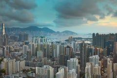 Cityscape mening met flatgebouwen met koopflats en bureaugebouwen Royalty-vrije Stock Afbeeldingen