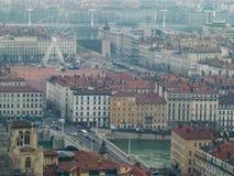 Cityscape, mening van de rivier en het vierkant met het Reuzenrad in mistig, de winter Lyon, Frankrijk royalty-vrije stock foto's