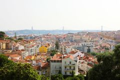 Cityscape mening van Lissabon met 25 DE Abril Bridge op backgroud, Portugal royalty-vrije stock afbeeldingen