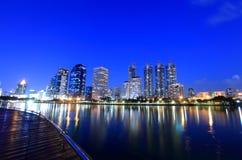 Cityscape mening van moderne gebouwen bij Benjakitti-tuin bij schemer Stock Foto