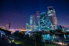 Cityscape meningen van de wolkenkrabbers in Moskou bij nacht Stock Afbeelding