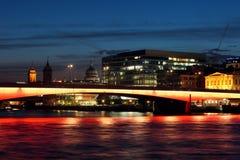 Cityscape met de verlichte Brug van Londen bij nacht. Royalty-vrije Stock Foto