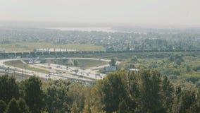 Cityscape met een wegverbinding en een spoorweg stock video
