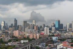Cityscape met het inbouwen van stad van Bangkok Stock Foto's