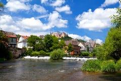 Kasteel over rivier in Marburg, Duitsland stock foto's