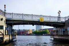 Cityscape met mening van de historische brug en de lopende mensen stock foto