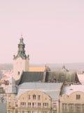 Cityscape met oude gebouwen Klokketoren van Latijnse Kathedraal in Lviv, de Oekraïne Stock Foto