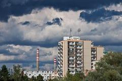Cityscape met torenblokken en fabriek op achtergrond Royalty-vrije Stock Foto's